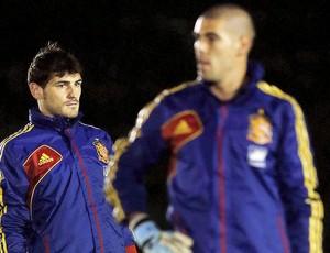 Casillas e Valdés treino Espanha (Foto: EFE)
