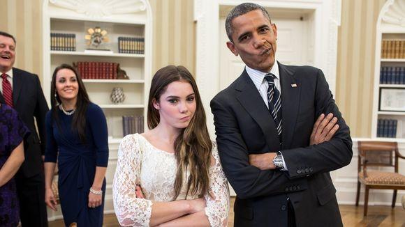 A ginasta fazendo sua cara de descontente ao lado do presidente Barack Obama (Foto: Divulgação)