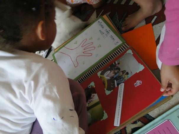 Jovens são incentivados a criar álbuns de memórias com fatos ou sonhos (Foto: Divulgação / Instituto Fazendo História)
