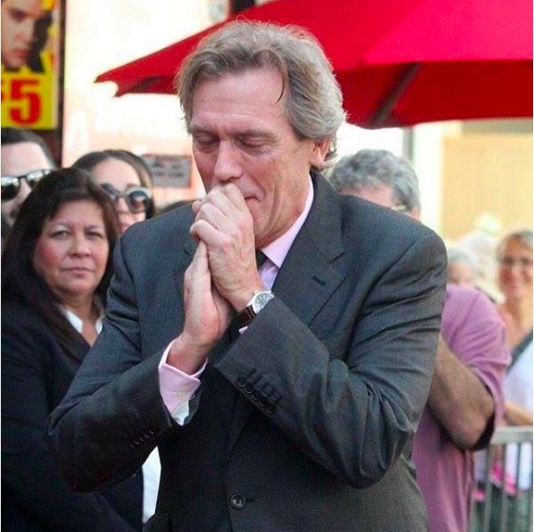 O ator Hugh Laurie emocionado na inauguração de sua estrela na Calçada da Fama (Foto: Instagram)