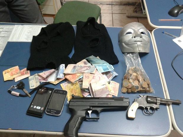 Dinheiro roubado foi encontrado com os criminosos pela Polícia Militar (Foto: Divulgação/Polícia Militar)