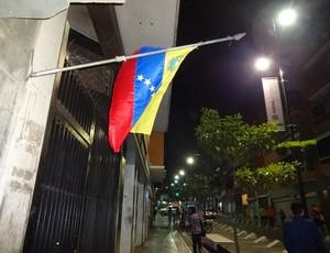 Bandeira da Venezuela a meio=pau mostra luto por Chávez (Foto: Hector Werlang/Globoesporte.com)