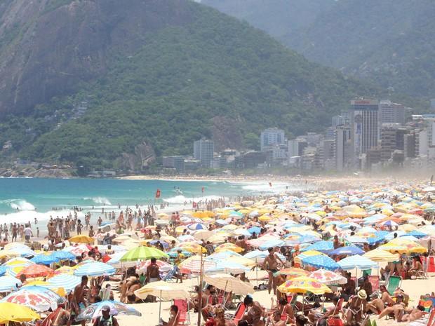 Movimentação de banhistas na praia de Ipanema, no Rio, nesta terça (22). (Foto: José Lucena/Futura Press/Estadão Conteúdo)