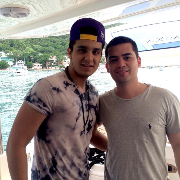 Luan Santana e Alcino Pasqualotto - o cantor sertanejo passeando de barco com o dono do empreendimento  (Foto: Divulgação)