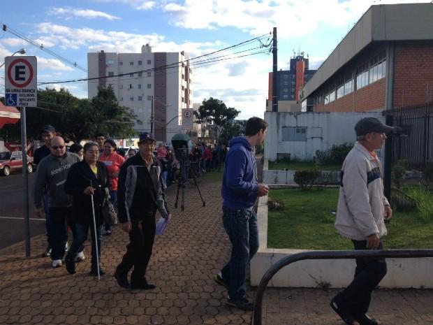 Eleitores aguardam distribuição de senhas para cadastramento biométrico em frente ao fórum eleitoral de Cascavel, no Paraná (Foto: Raquel Moraes / RPC)