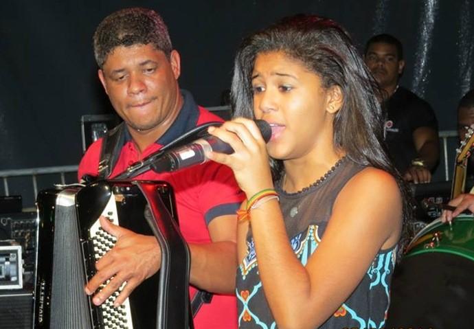 Julie de Assis gravou uma música no CD do pai aos 8 anos (Foto: Divulgação)