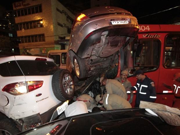 Veículos acabaram amontoados em acidente que envolveu 10 veículos (sete carros de passeio, uma moto e dois ônibus) por volta das 18h10 na Avenida Domingos Ferreira, em Boa Viagem, na Zona Sul do Recife (Foto: Diego Nigro/JC Imagem/Estadão Conteúdo)