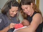 Policial que ajudou pai a fazer parto da própria filha encontra família