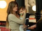 Cristiana Oliveira passeia com o neto em shopping no Rio