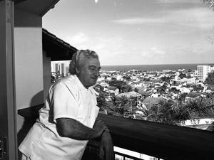 Em casa, no Rio Vermelho, Jorge Amado contempla a vista na varanda do quiosque da residência em 1977 (Foto: Acervo Zélia Gattai/Fundação Jorge Amado)