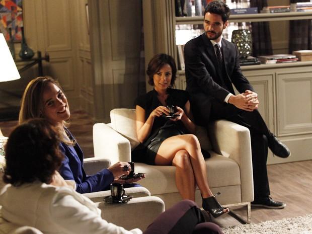 Clara e Pedro estranham a razão do presente de Marta para Amanda (Foto: Raphael Dias/TV Globo)