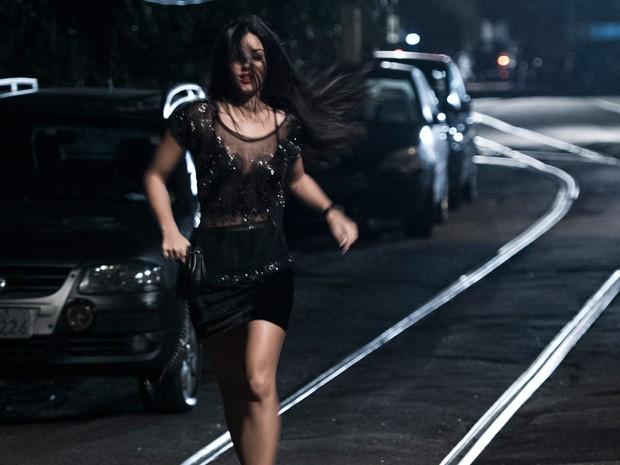 Mariana corre aflita em uma rua escura (Foto: Estevam Avellar/TV Globo)
