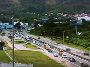 SC-401 registrava filas por volta do meio-dia, rumo às praias do Norte de Florianópolis (Foto: Reprodução/RBSTV)
