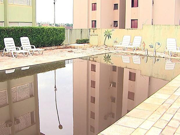 Água da piscina ficou suja após chuva invadir condomínio em Ribeirão Preto, SP (Foto: Paulo Souza/EPTV)