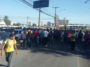 Estudantes bloqueiam avenida em protesto (Foto: André Feijó/TV Gazeta)