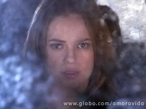 Já dentro do carro, ela promete que vai dar uma surra na boliviana (Foto: Amor à Vida / TV Globo)