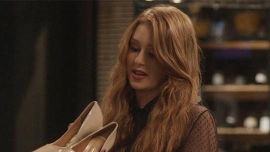 Eliza comemora vaga na final cercada de modelos de sapatos incríveis
