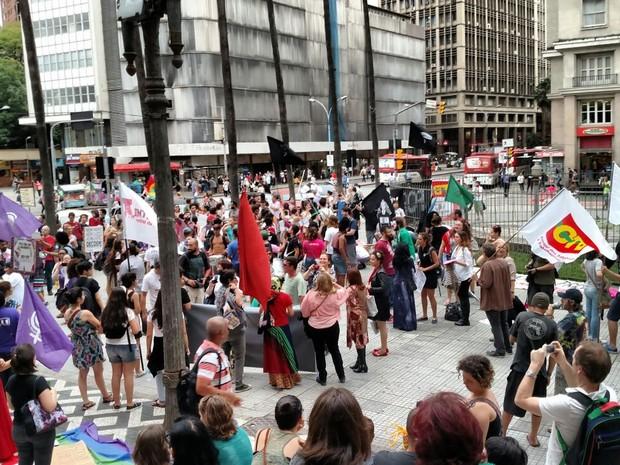 Manifestantes reunidos em frente à prefeitura de Porto Alegre (Foto: Léo Saballa Jr/RBSTV)