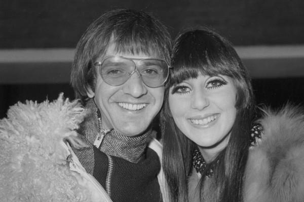 Aos 18 anos, a cantora Cher se casou com Sonny Bono, de 29, com quem formou uma dupla musical. O casal fez muito sucesso, mas em 1975, onze anos depois acabou se divorciando em um processo bastante público e nada amigável. Apesar disso, a cantora ficou de (Foto: Getty Images)