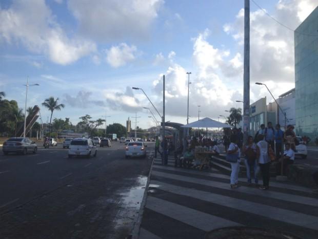 Usuários do tranbsporte público aguardam ônibus em ponto da Av. ACM, na região do Iguatemi (Foto: Juliana Almirante/G1 Bahia)