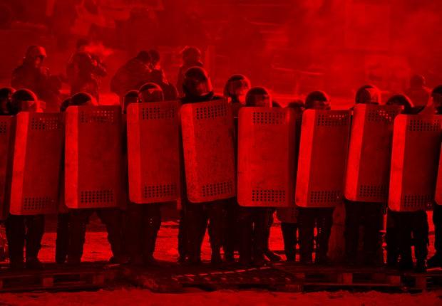Forças policias contra protestos na Ucrânia (Foto: AP Photo/Darko Bandic)