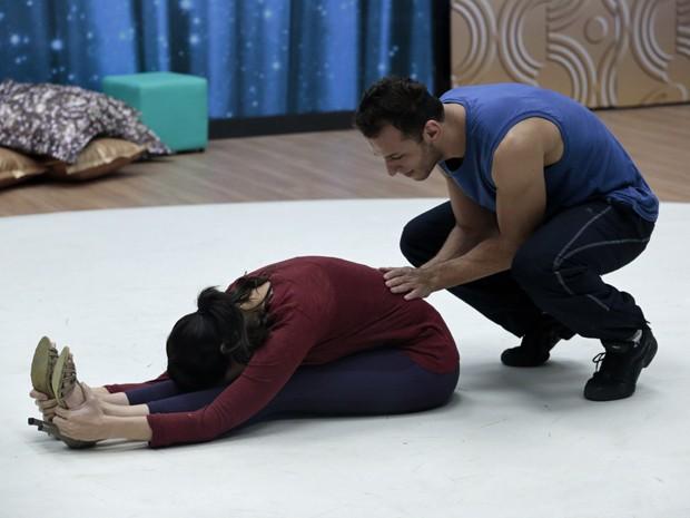 A atriz alonga pesado antes de dançar  (Foto: Felipe Monteiro / TV Globo)
