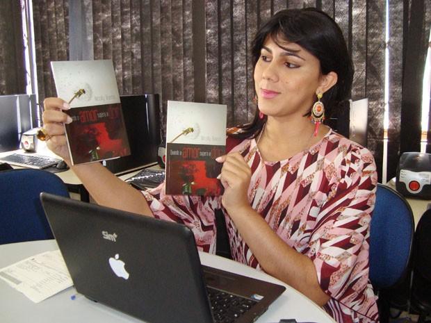Professora, Nicolly Bueno tem quatro livros publicados e faz parte da associação desde outubro (Foto: Nicolly Bueno/Arquivo Pessoal)