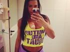 Gracyanne Barbosa posa decotada em frente ao espelho