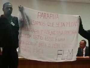Movimento de moradia protesta durante coletiva de Haddad (Foto: Tatiana Santiago/G1)