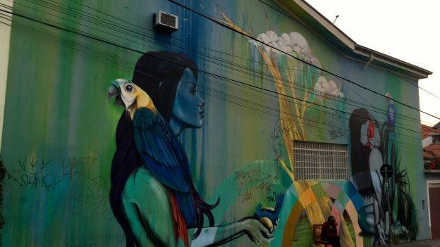 Obras de grafiteiros estrangeiros também podem ser encontradas nos muros de São Paulo, como esta do inglês Fin DAC (Foto: Charles Humpreys/BBC)