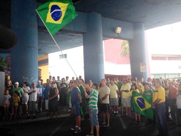 Grupo de manifestantes em Jundiaí cantou o Hino Nacional (Foto: Marcela Bordon/TV TEM)