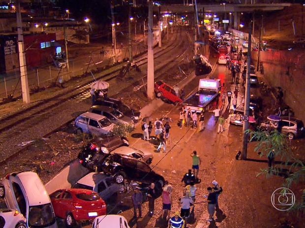Carros empilhados (Foto: Reprodução / TV Globo)