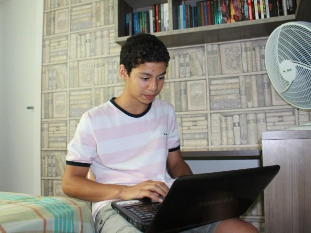 Pela internet Gabriel encontra pessoas com gosto semelhante  (Foto: Romulo de Sousa/G1 AM)
