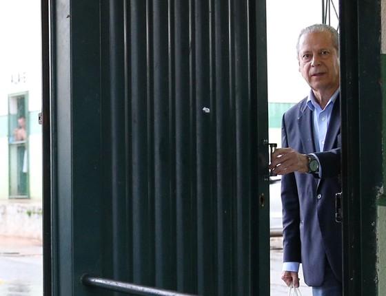 O ex-ministro da Casa Civil, José Dirceu, é visto saindo do CPP (Centro de Progressão Penitenciária) em Brasília  (Foto:  Sérgio Lima/Folhapress)