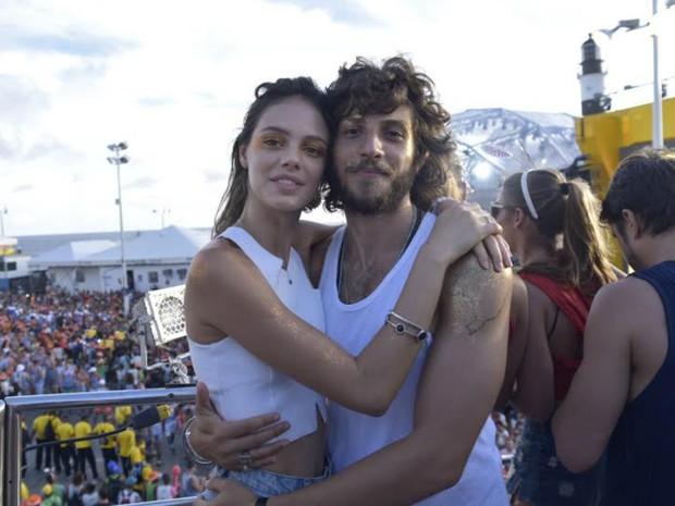Os atores Chay Suede e Laura Neiva curtem o carnaval em cima do trio de Ivete (Foto: Elias Dantas/Ag. Haack)
