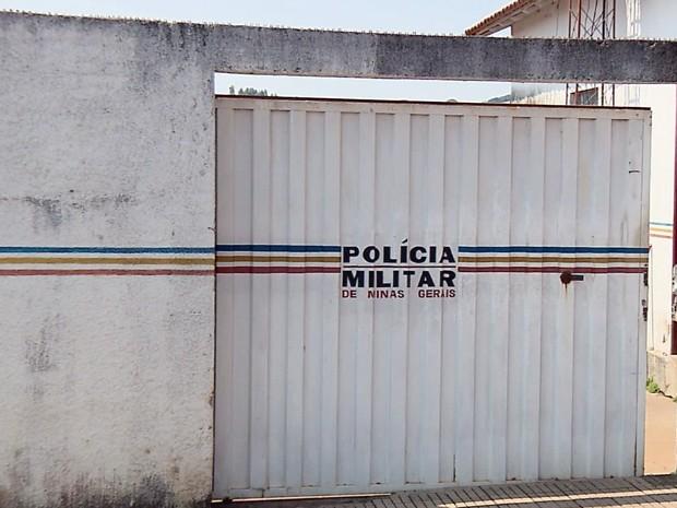 Suspeitos invadiram quartel em busca de armas em Carvalhópolis (Foto: Reprodução EPTV)