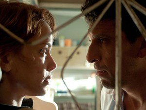 Leandra Leal e Milhem Cortaz em cena de 'O lobo atrás da porta' (Foto: Divulgação)
