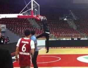 Bolt já mostrou aptidão para o basquete na quadra do Bayern de Munique (Foto: Reprodução / YouTube)