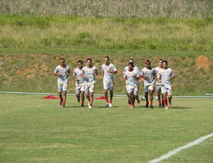 Jogadores do Atlético Sorocaba correm durante treino (Foto: Rafaela Gonçalves / GLOBOESPORTE.COM)