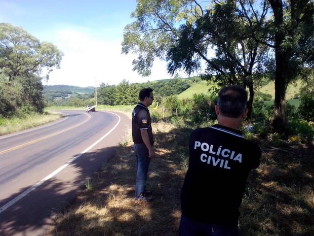 Acidente entre Rondinha e Ronda Alta ocorreu em curva na ERS-404 (Foto: Fábio Lehmen/RBS TV)