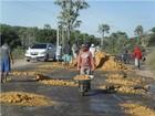 Revoltada, população faz operação 'Tapa Buracos' por conta própria no PI
