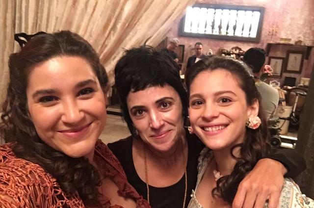 Lyv Ziese, a produtora de elenco Maria Sílvia e Lara Tremouroux posam nos bastidores de 'Filhos da pátria' (Foto: Arquivo pessoal)
