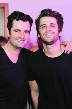 Bernardo Malta e Gil Coelho em festa na Zona Sul do Rio (Foto: Ari Kaye/ Divulgação)