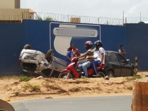 Acidente na Estrada de Ribamar com carro capotado, no Maranhão (Foto: Bruno Emanuel / Colaboração)