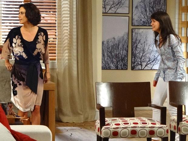 Manoela e Carolina começam a berrar para chamar a atenção de Fábio, que está no quarto (Foto: Guerra dos Sexos / TV Globo)