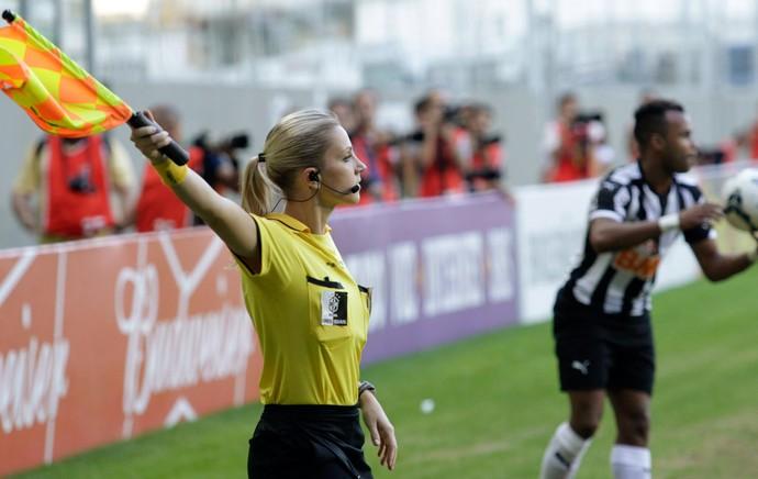 bandeirinha Fernanda Colombo, Atlético-MG x Cruzeiro (Foto: Reuters)