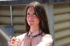 Alinne Moraes 'torrou no sol' em último dia de gravação de série (Como Aproveitar o Fim do Mundo / TV Globo)