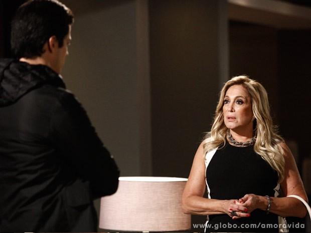 Pilar obriga Félix a contar tudo para Paloma (Foto: Inácio Moraes/TV Globo)