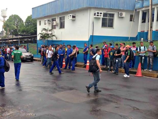 Funcionários da empresa foram liberados após explosão (Foto: Indiara Bessa/G1 AM)