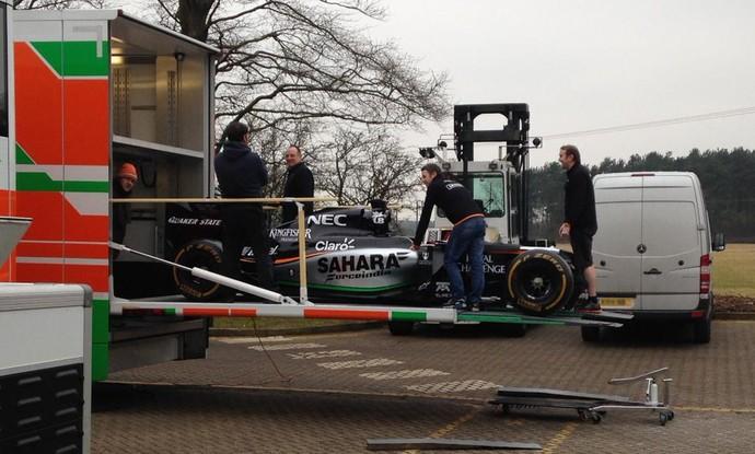 Force India pega estrada para testes de Barcelona (Foto: Reprodução)